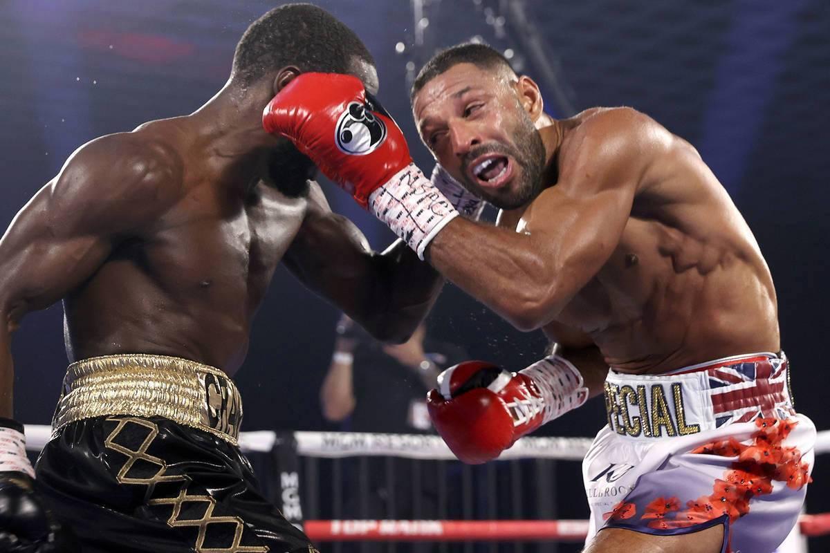 """Terence """"Bud"""" Crawford, izquierda, y Kell Brook intercambian golpes durante su pelea por el ..."""