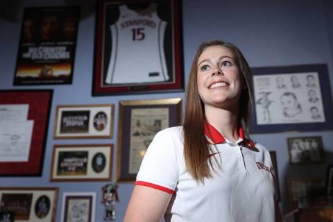 Lindy La Rocque, nueva entrenadora del equipo de baloncesto femenino de la UNLV, posa para un r ...