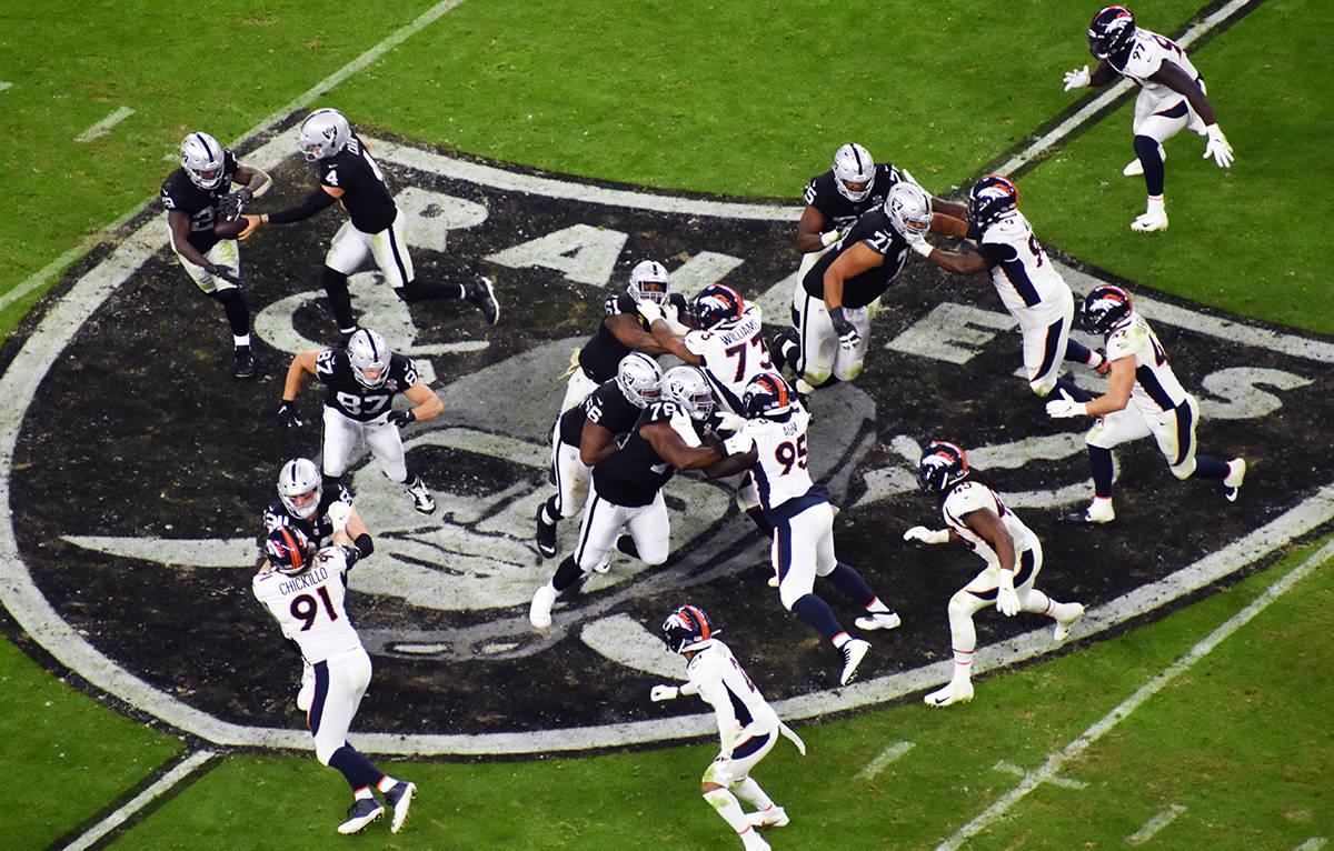 Las Vegas Raiders derrotó a Denver Broncos en juego correspondiente a la Semana 10 de la NFL. ...