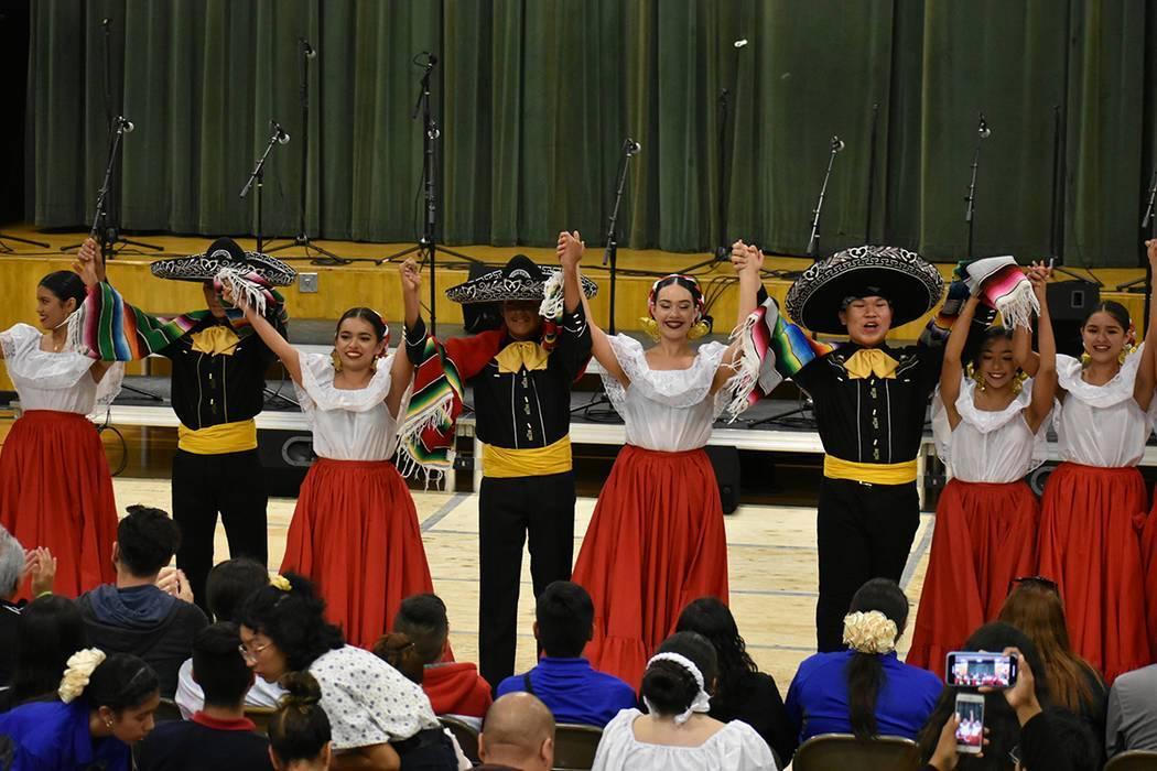 """En esta foto de archivo, el Ballet Folklórico de DSA participa en el """"8th Annual Mariachi-Pa ..."""