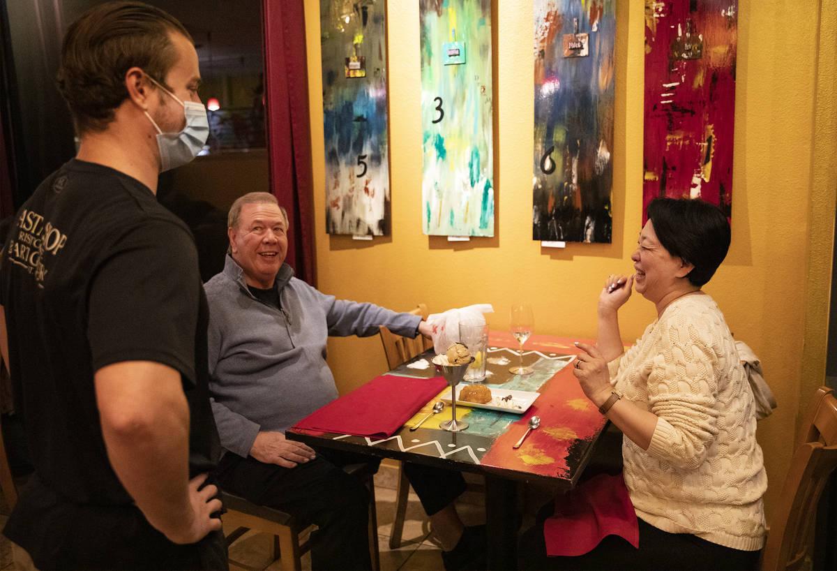 Dakota Watkins, de izquierda a derecha, habla con los clientes Jay Yager, izquierda, y su espos ...