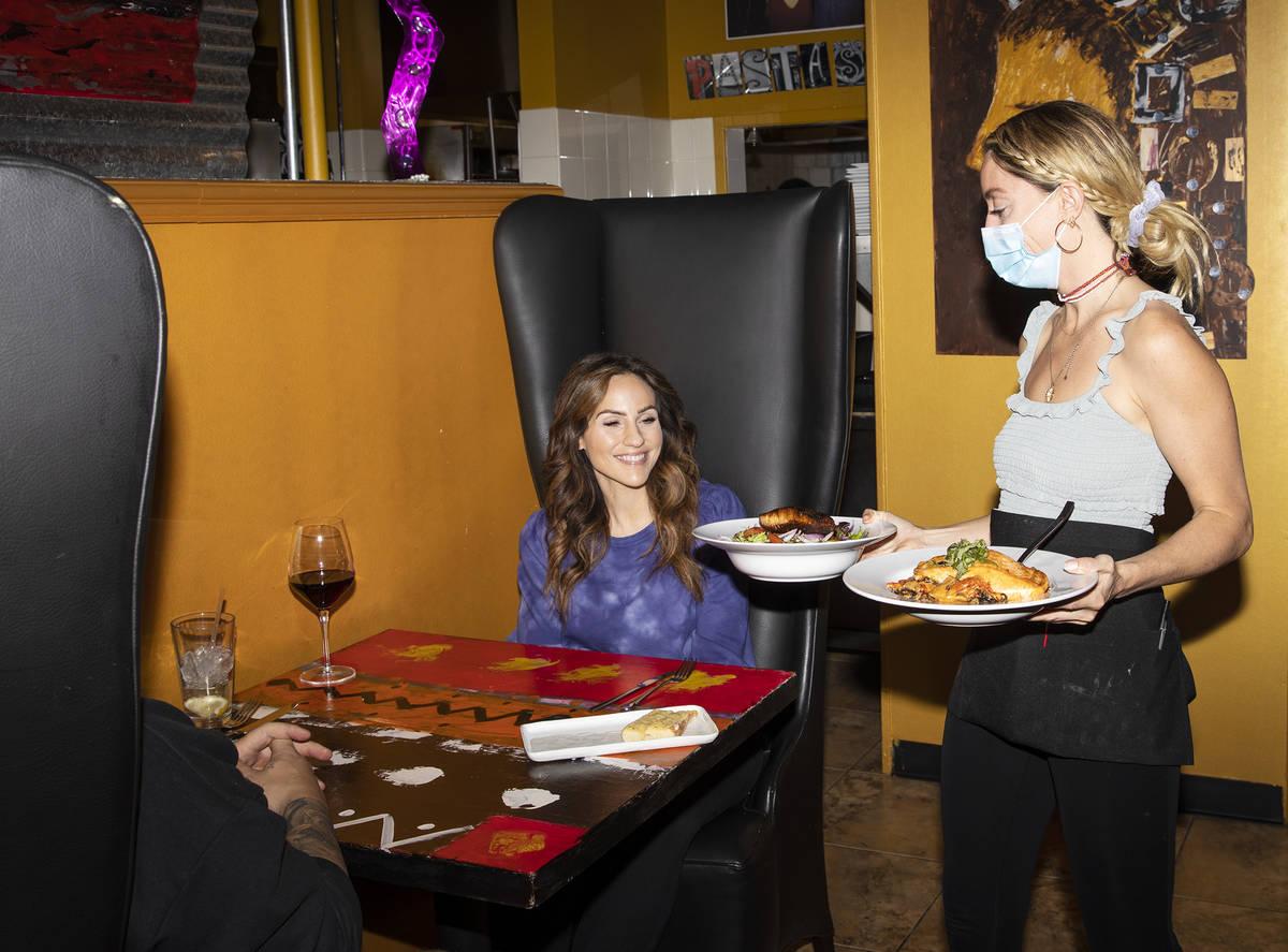 Bianca Alenik sirve comida a Dana DeCarlo y a su marido Mike Arthur en Pasta Shop Ristorante en ...