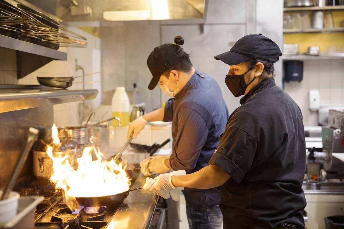 El chef Omar Velázquez, izquierda, y la chef Denise Ortiz, derecha, cocinan en Pasta Shop Rist ...