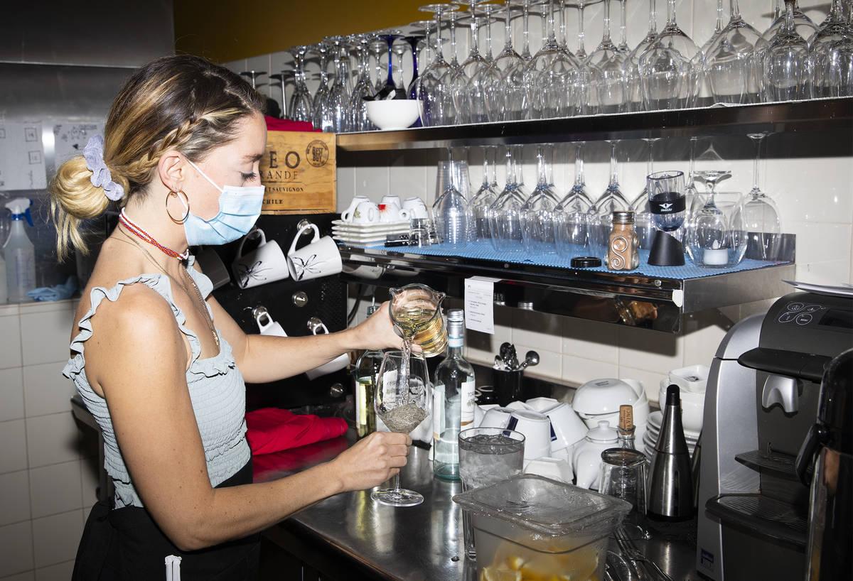 Bianca Alenik sirve una copa de vino en Pasta Shop Ristorante en Henderson el lunes, 16 de novi ...