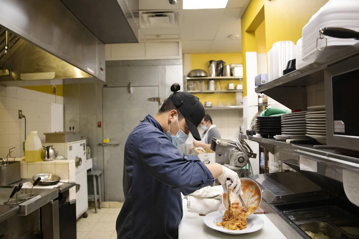 El Chef Omar Velázquez prepara un plato de pasta en la cocina de Pasta Shop Ristorante en Hend ...