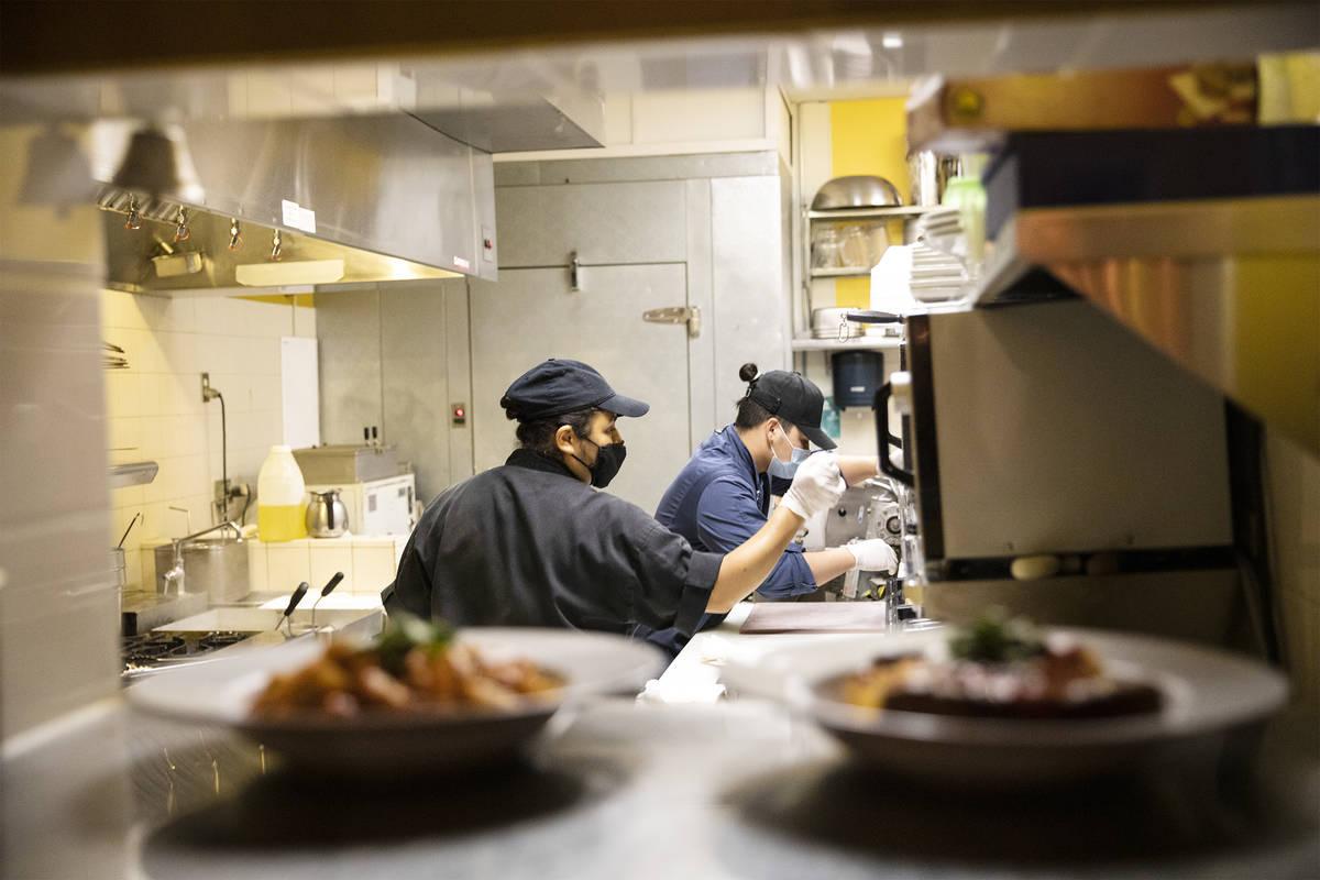 La chef Denise Ortiz, izquierda, y el chef Omar Velázquez, derecha, cocinan cenas en Pasta Sho ...