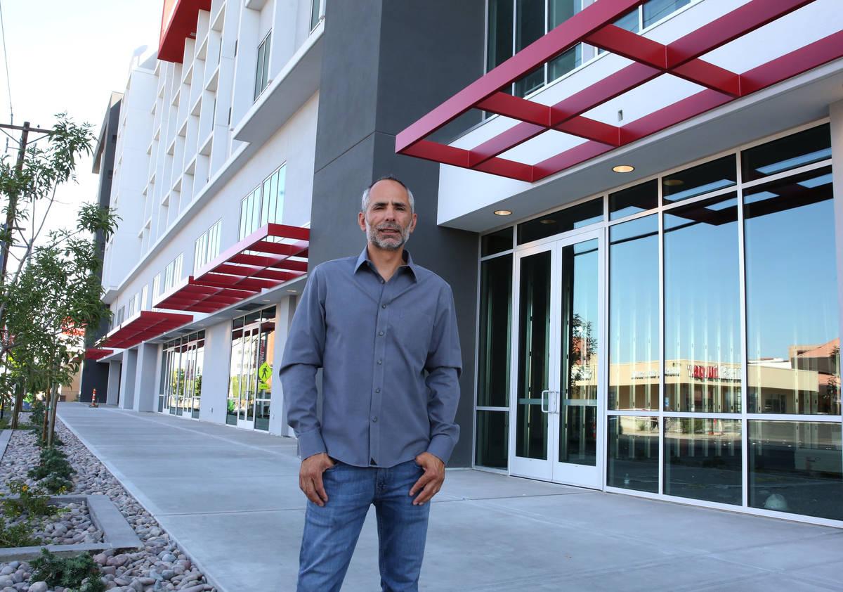 Frank Marretti III, fundador de G2 Capital Development, posa para una foto en frente de un nuev ...