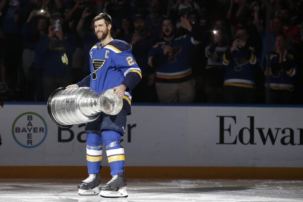 En esta foto de archivo del 2 de octubre de 2019, el capitán de los Blues de St. Louis, Alex P ...