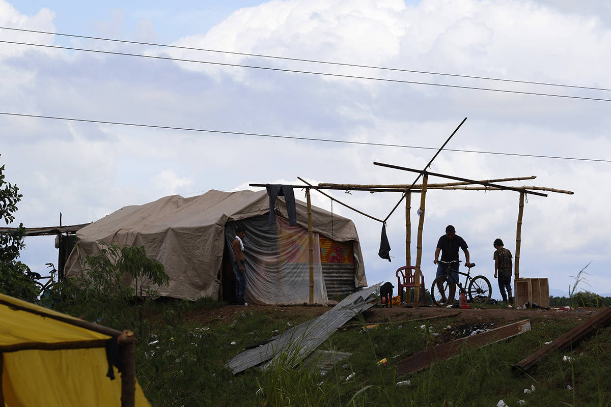 Las personas que viven en condiciones precarias se preparan antes de que el huracán Iota toque ...