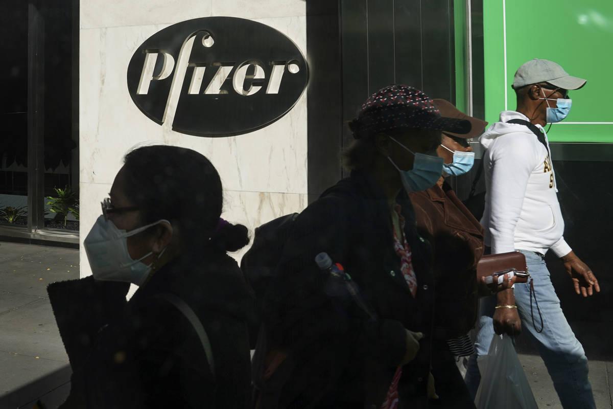 Peatones pasan por delante de la sede mundial de Pfizer en Nueva York. Pfizer anunció el miér ...