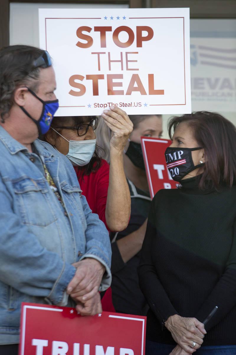 Partidarios de Donald Trump asisten a una conferencia de prensa de los republicanos de Nevada a ...