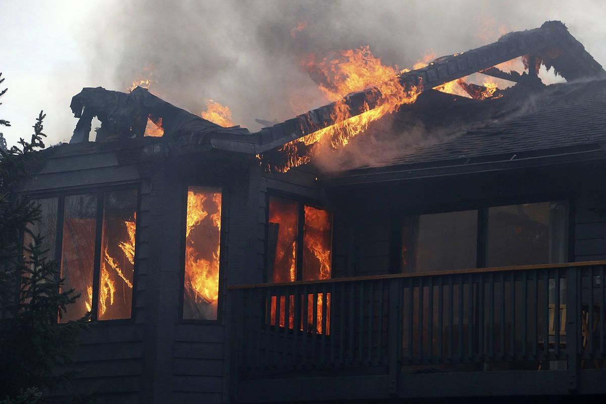 Una casa se quema durante el incendio de Pinehaven en el área del Rancho Caughlin en Reno, Nev ...
