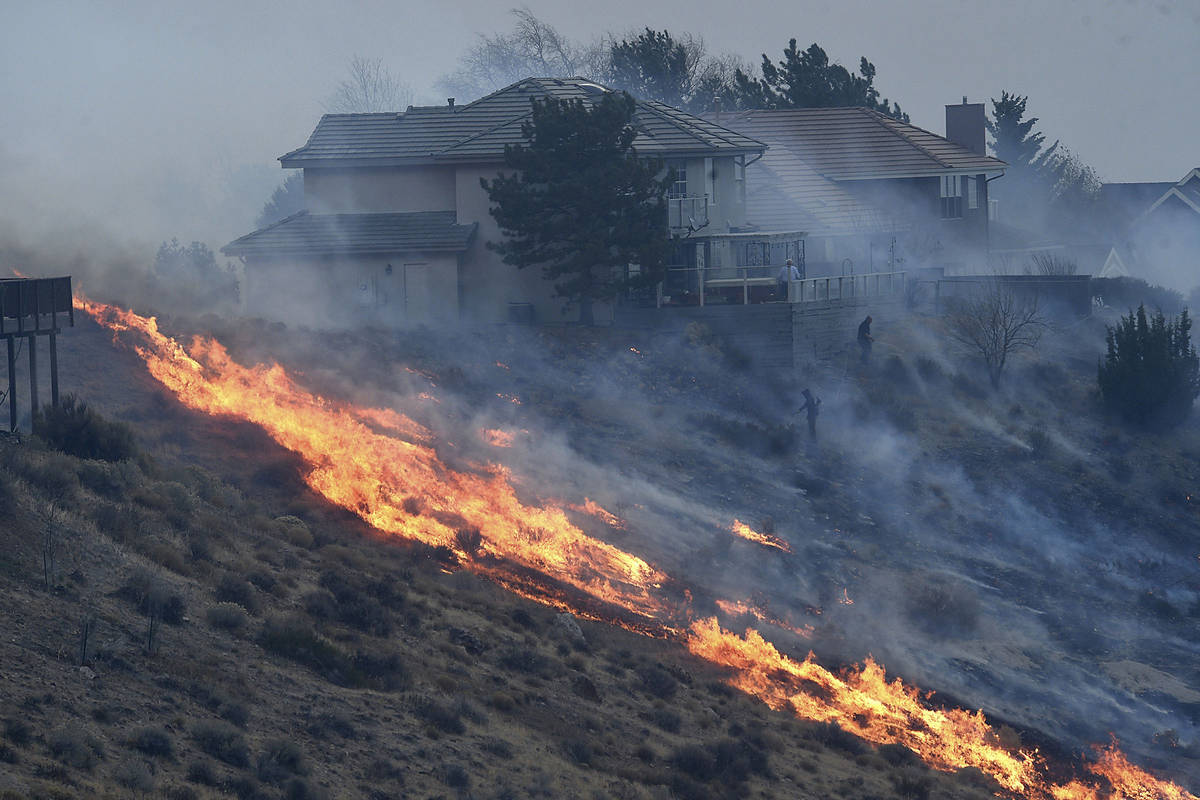 Incendios forestales en el suroeste de Reno destruyen casas en el área de Juniper Hills el mar ...