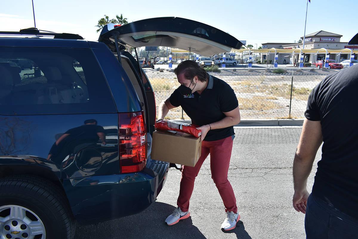 La organización REACH y voluntarios obsequiaron alimentos a familias con necesidad, esto previ ...