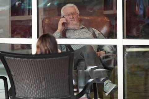 En esta foto de archivo, Nedra Toponce, en primer plano, habla con su padre Clair, de 83 años, ...