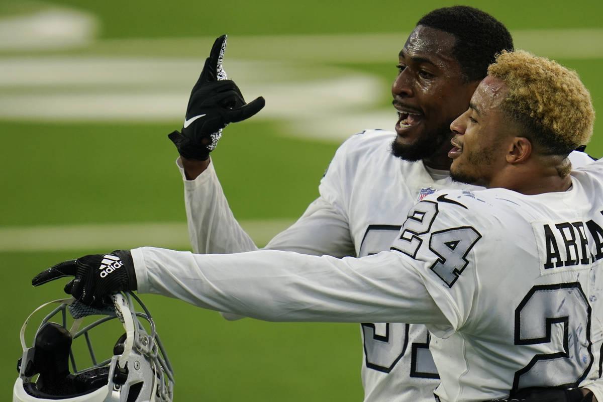 El cornerback de los Raiders de Las Vegas, Isaiah Johnson, a la izquierda, y el strong safety, ...