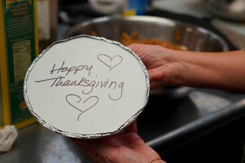 Voluntarios preparan comidas individuales de Acción de Gracias para ancianos en Hawthorne, N.J ...