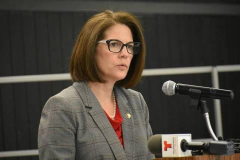 Fotografía de archivo de la senadora Catherine Cortez Masto durante una visita que realizó el ...