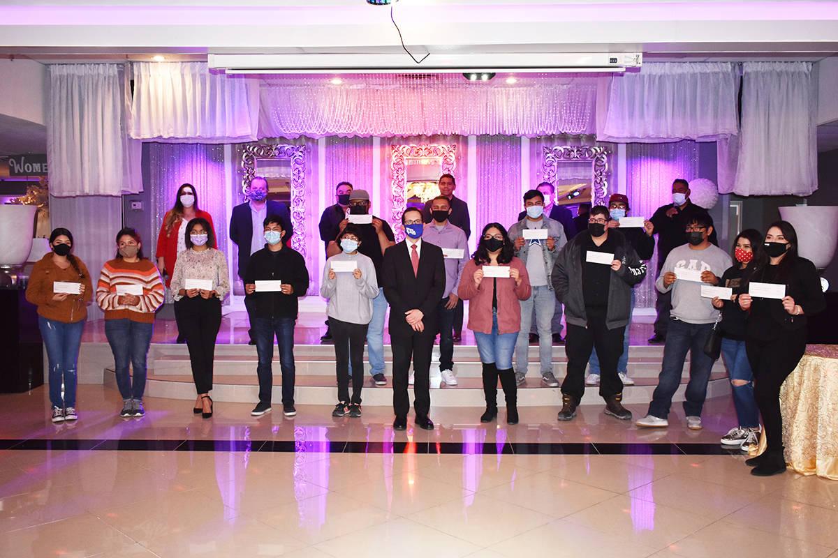 Beneficiarios de DACA, miembros de la Comunidad Migrante Las Vegas y el cónsul Julián Escutia ...