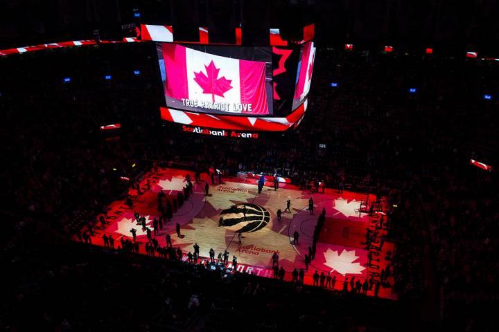 En esta foto de archivo del 16 de abril de 2019, los fanáticos cantan el himno nacional canadi ...