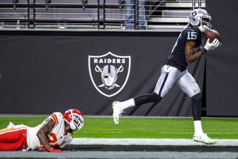 El receptor de los Raiders de Las Vegas, Nelson Agholor (15), anota un touchdown mientras el co ...