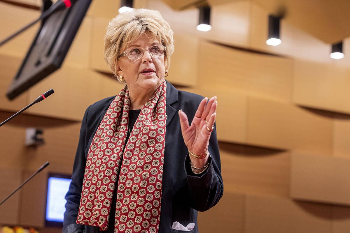 L'alcaldessa de las Vegas, Carolyn Goodman, fa una declaració pública durant una reunió ...