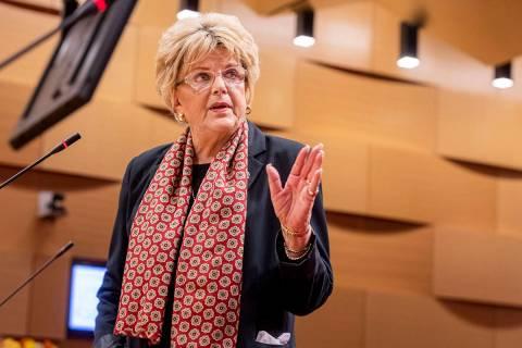 La alcaldesa de Las Vegas, Carolyn Goodman, hace una declaración pública durante una reunión ...