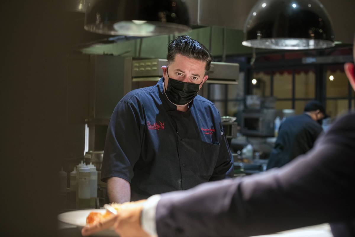 El sous chef ejecutivo, Christian González, supervisa los platos que serán servidos en Buddy ...