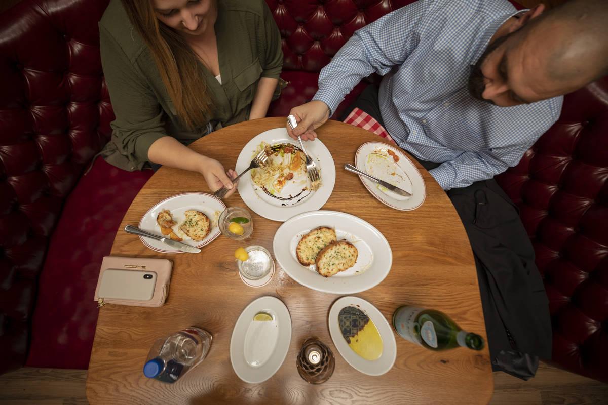Los turistas del Condado Orange Lauren McLane, 27, izquierda, y John Paton, 28, cenan en el Bud ...