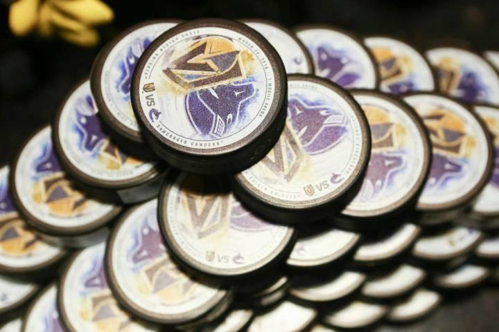 Edición limitada de pucks disponibles para los clientes antes de que los Golden Knights jugara ...