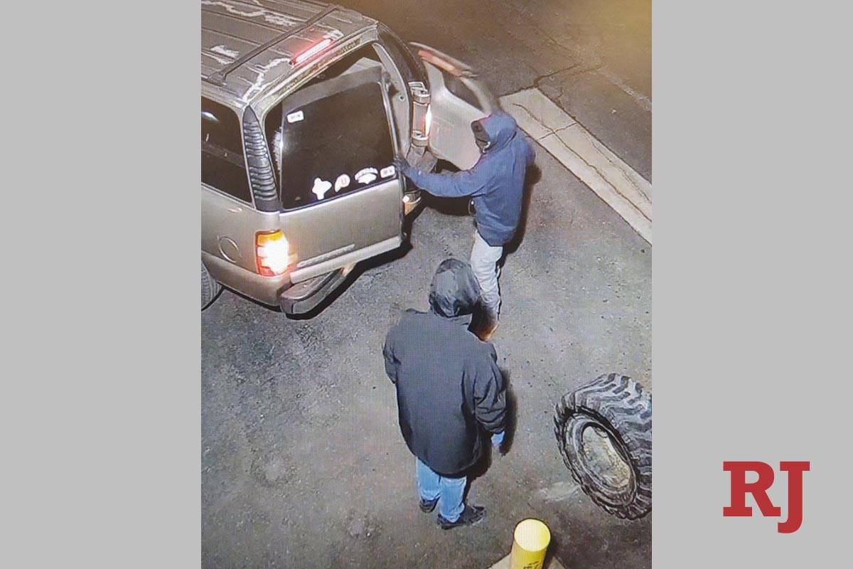 Una foto de vigilancia muestra a dos personas robando cerca del Boulevard South Jones y la Aven ...