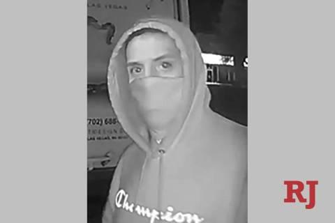 Una foto de vigilancia de un hombre buscado en relación con una serie de robos en la zona del ...