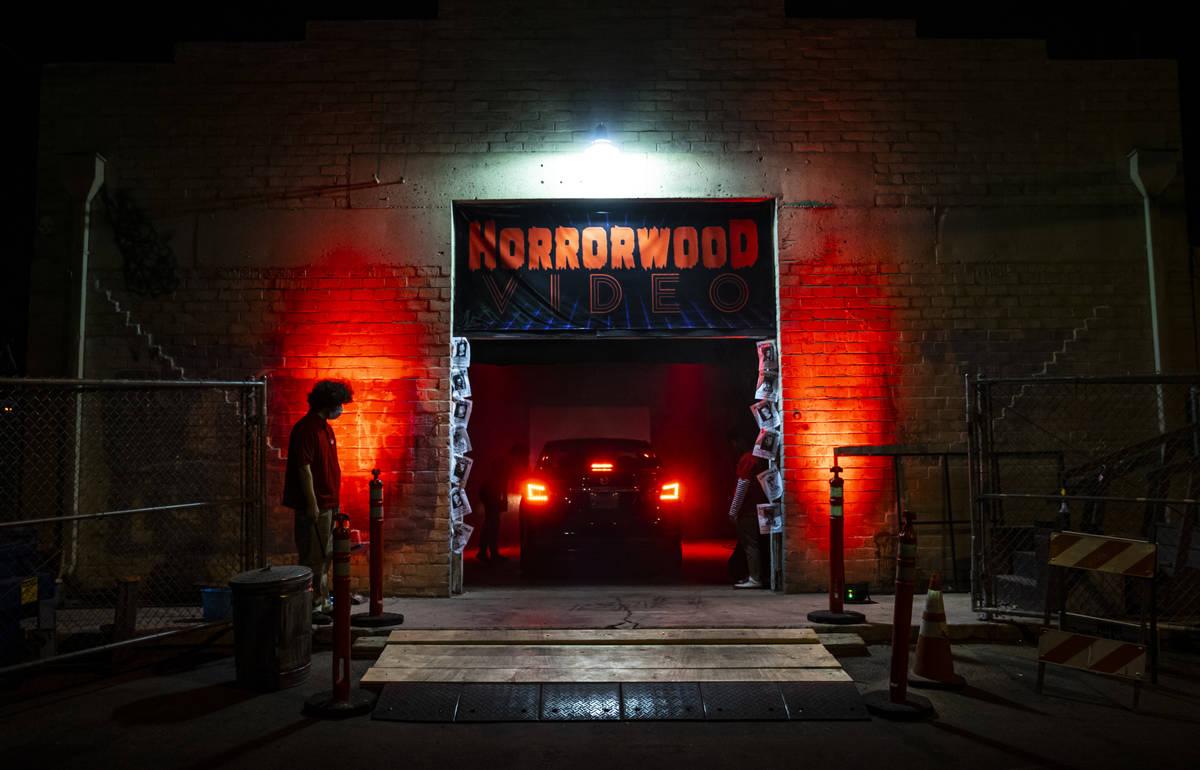 Un coche llega al autocine de Horrorwood Video en Majestic Repertory Theatre al centro de Las V ...