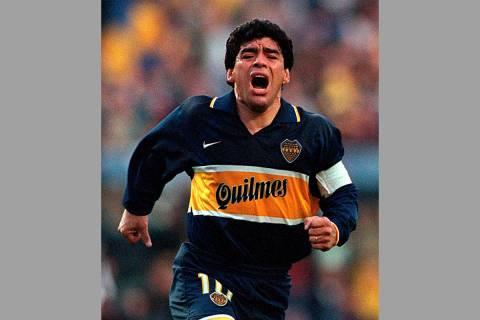 En esta fotografía de archivo del 25 de octubre de 1997, Diego Armando Maradona celebra un gol ...