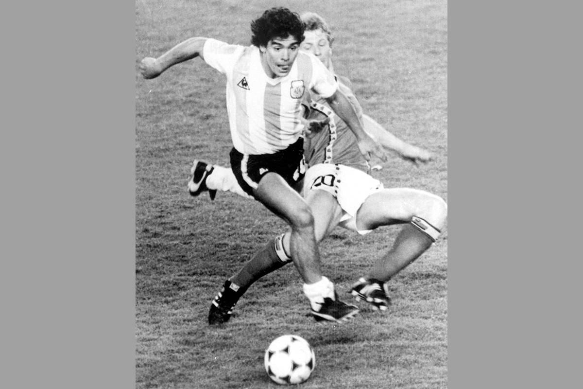 En esta fotografía de archivo del 13 de junio de 1982, el argentino Diego Maradona, al frente, ...