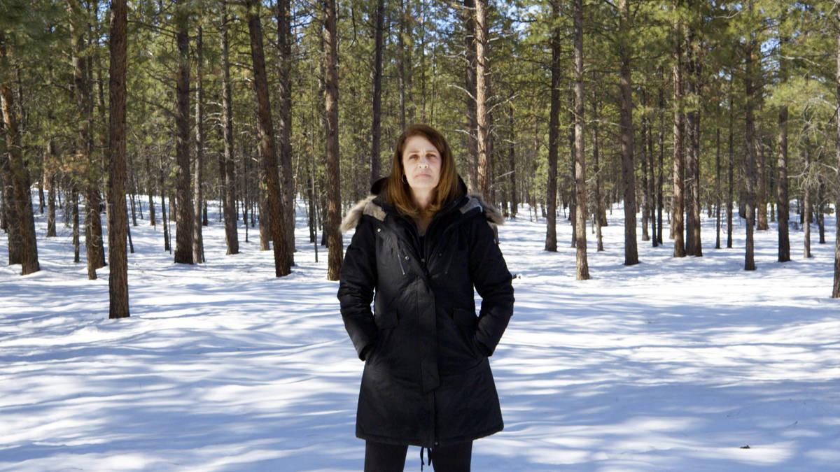 """La investigadora Wendi Babst en una escena del documental """"Baby God."""" (HBO)"""
