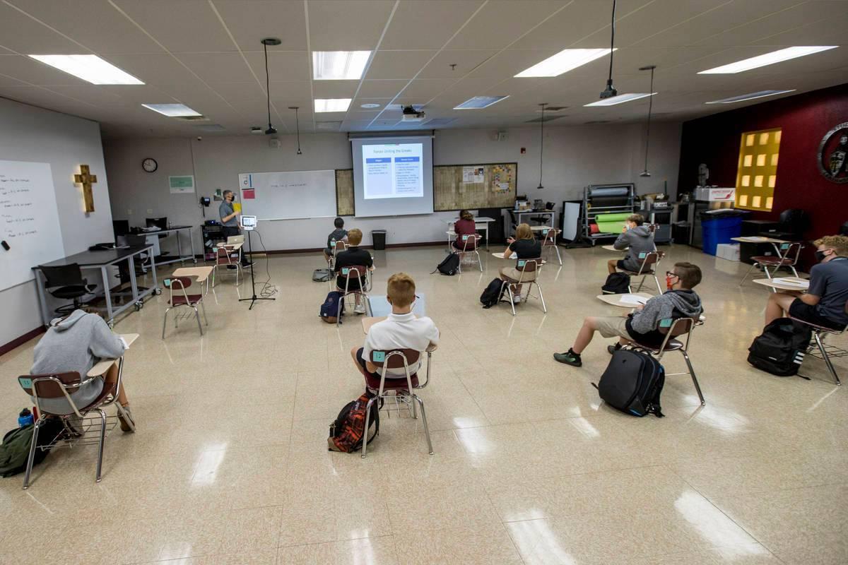 En estas fotos de archivo del 24 de septiembre de 2020, los estudiantes se mantienen socialment ...