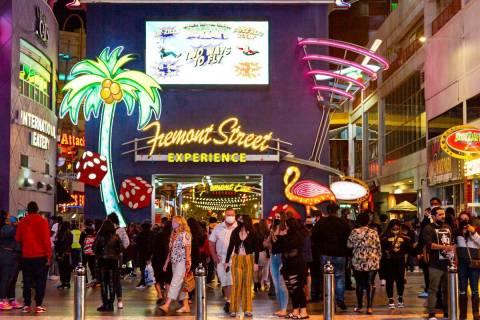 La gente camina por Fremont Street Experience en el centro de Las Vegas, el sábado 21 de novie ...