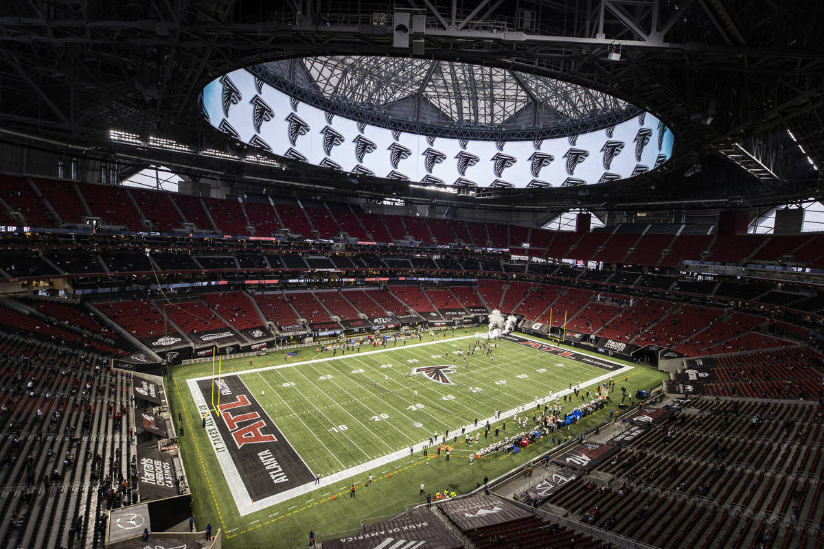 Los Atlanta Falcons toman el campo antes del comienzo de un partido de fútbol de la NFL contra ...