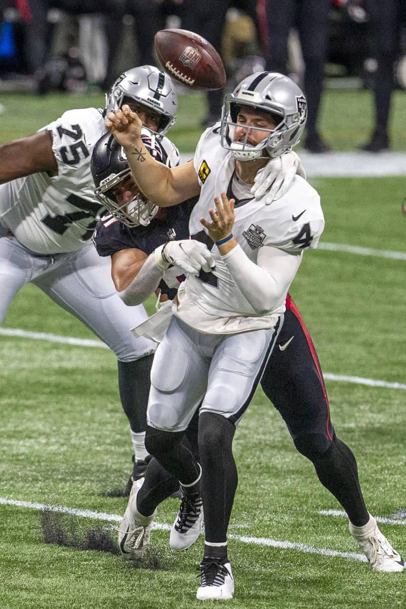 El tackle defensivo de los Atlanta Falcons, Jacob Tuioti-Mariner (91), fuerza una pérdida de b ...