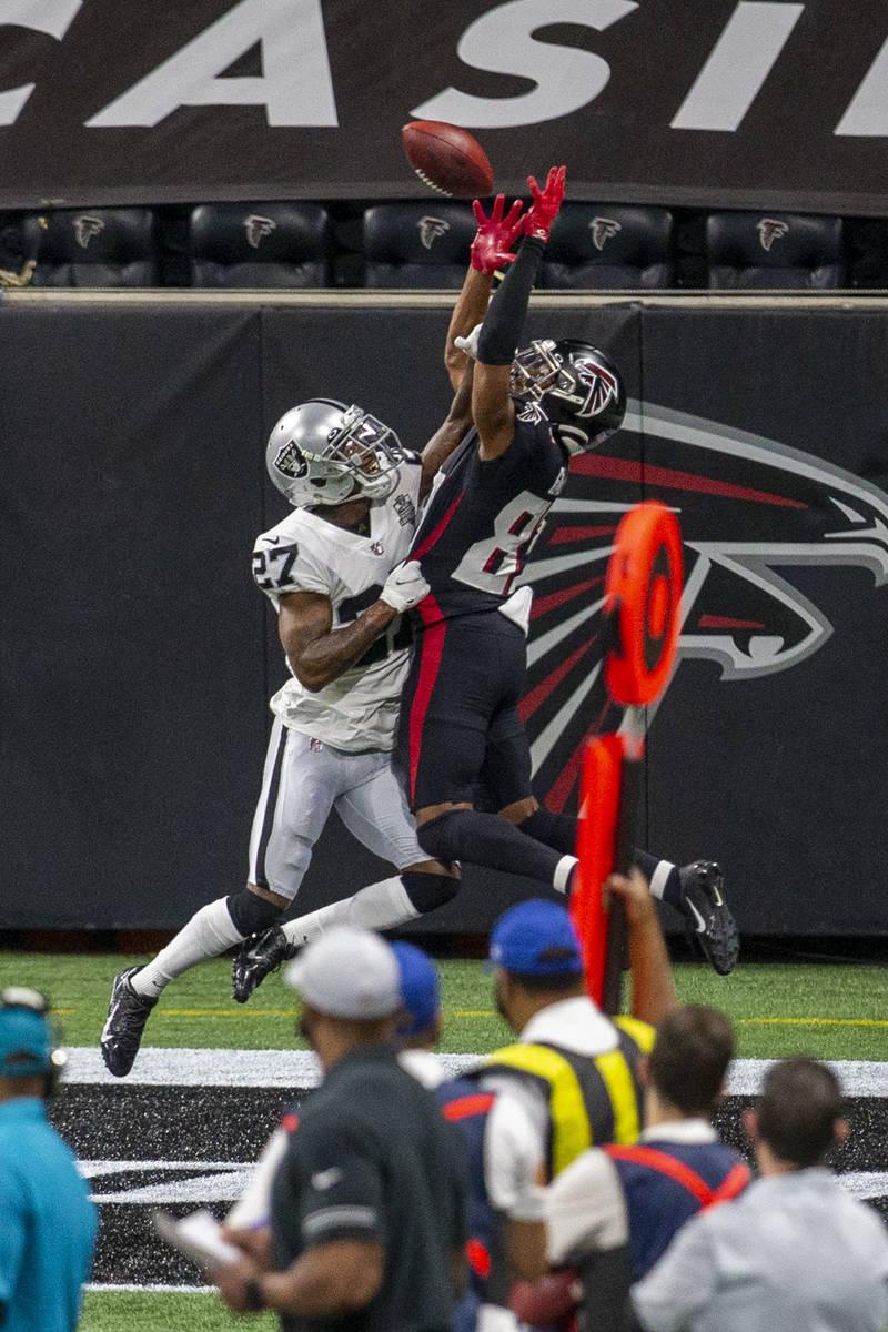 El cornerback de los Raiders de Las Vegas, Trayvon Mullen (27), rompe un pase destinado al rece ...