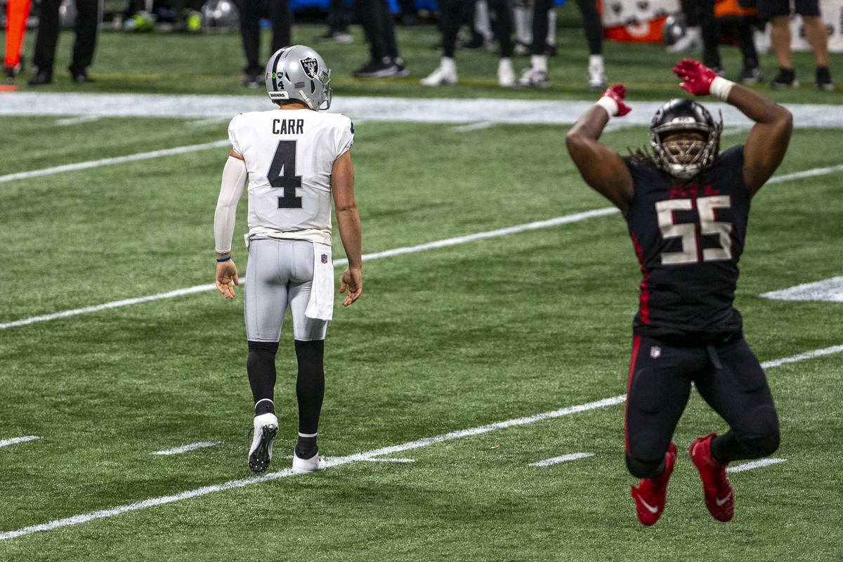 El extremo defensivo de los Atlanta Falcons, Steven Means (55), celebra su tacleo mientras el m ...