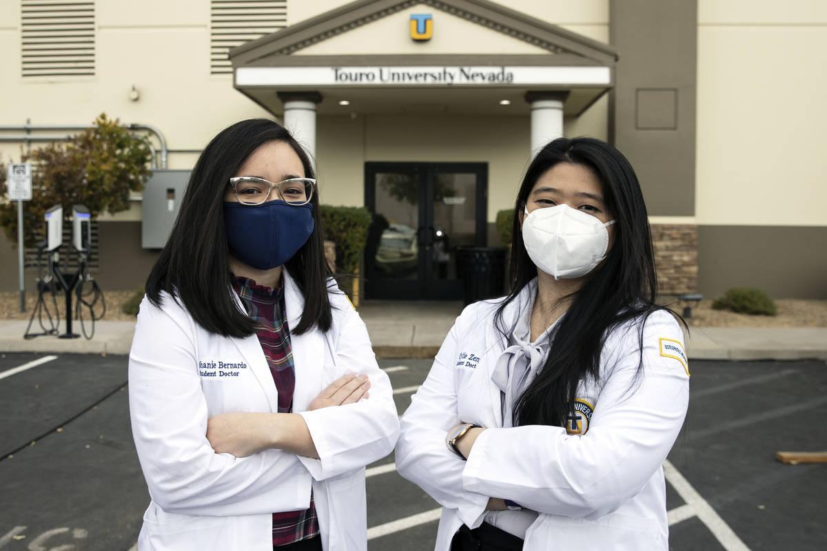 Las estudiantes de la Universidad Toro, Nevada, Stephanie Bernardo, izquierda, y Kylie Zeng pos ...