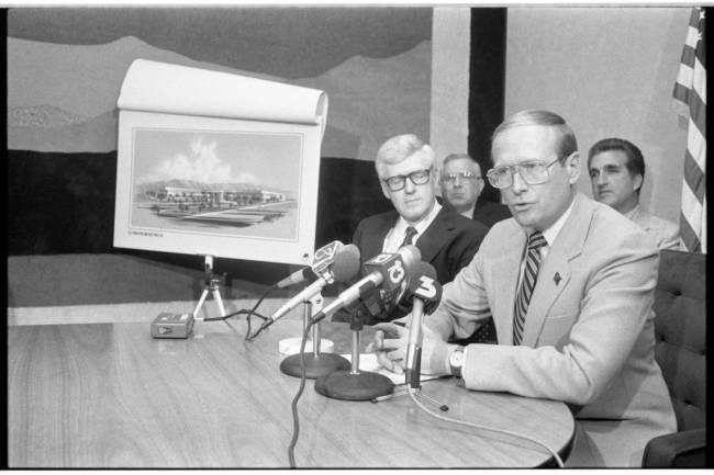 El gobernador Richard Bryan habla en una conferencia de prensa con una representación de un ed ...