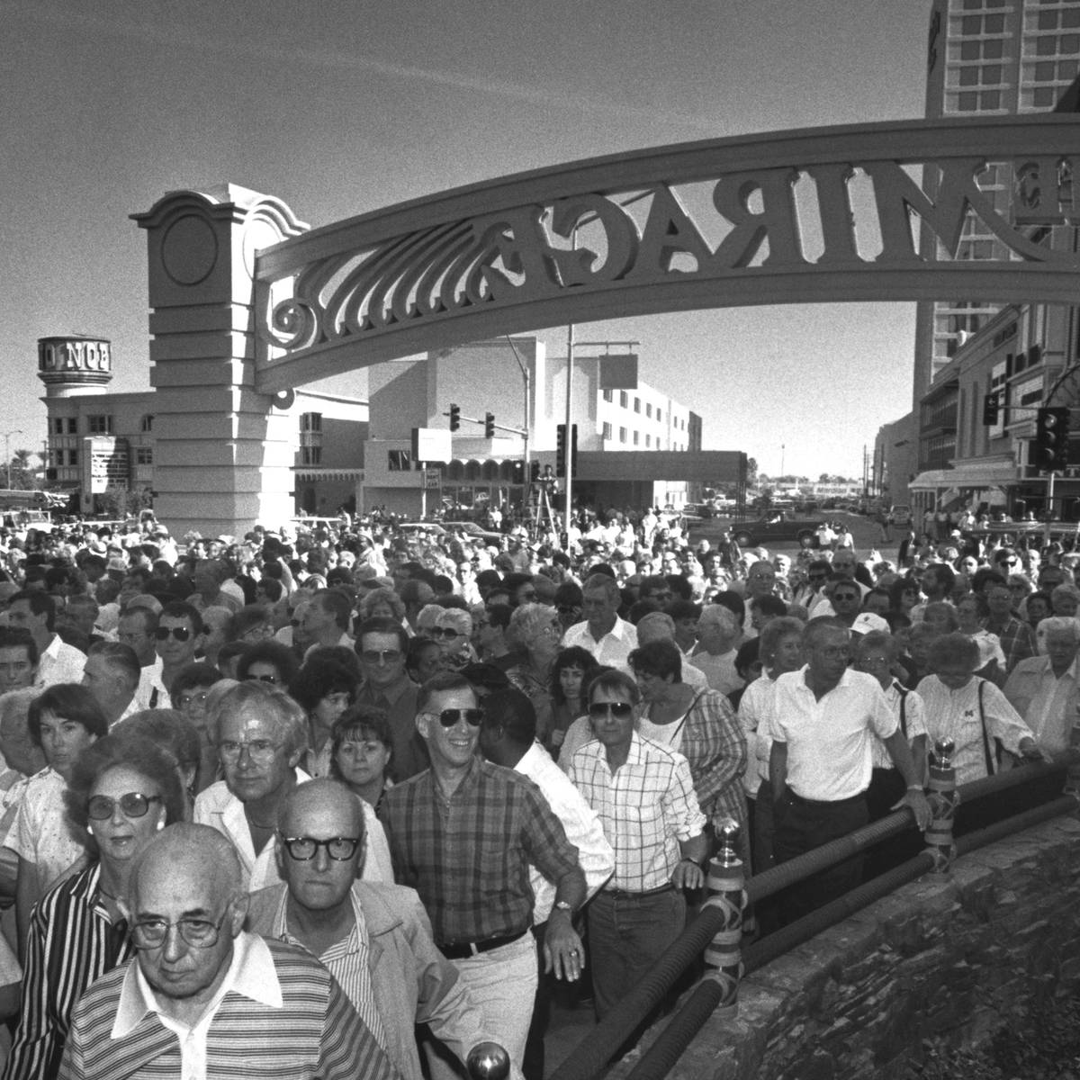 A los 30 minutos de su apertura el 22 de noviembre de 1989, se estima que 40 mil visitantes ent ...