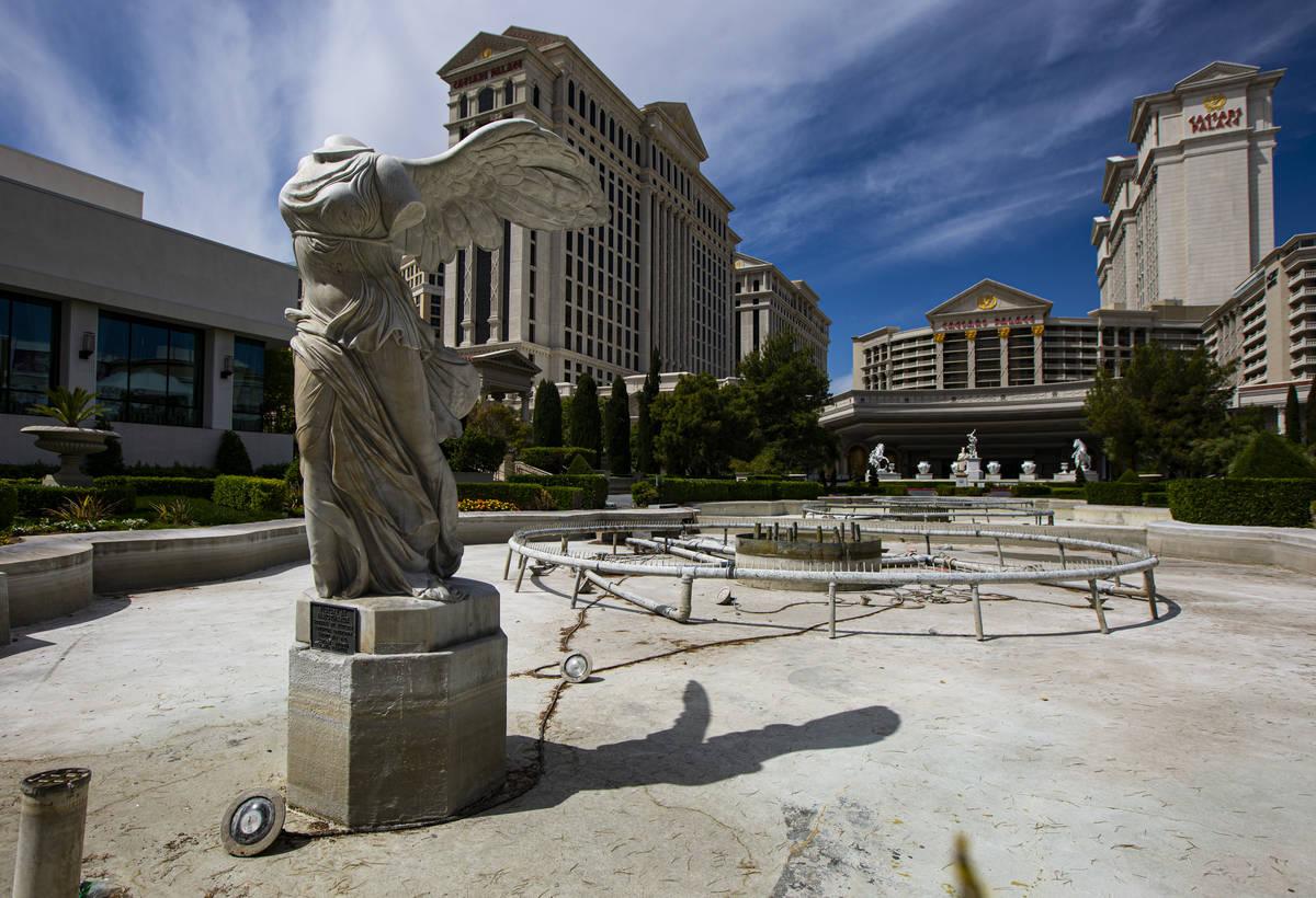 Una fuente en Caesars Palace vacía en el Strip de Las Vegas el jueves, 16 de abril de 2020. (C ...