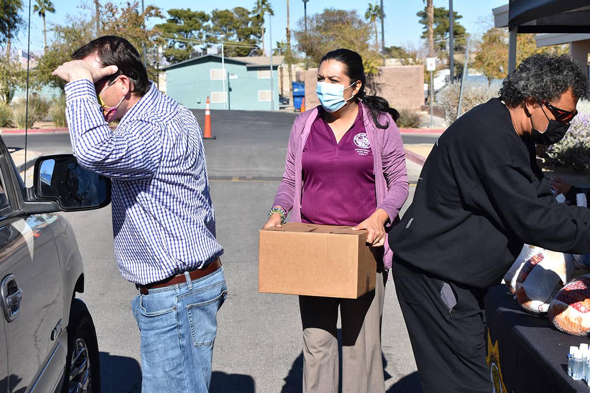 La concejal Olivia Díaz encabezó una jornada de repartición de alimentos dedicada a familias ...