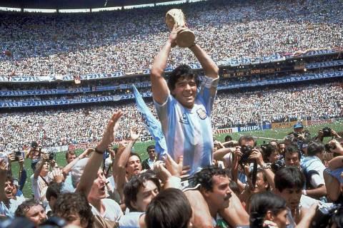 En esta fotografía de archivo del 29 de junio de 1986, Diego Maradona sostiene el trofeo de su ...