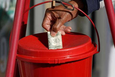 En esta foto de archivo, un cliente de la tienda de comestibles Corner Market coloca un donativ ...