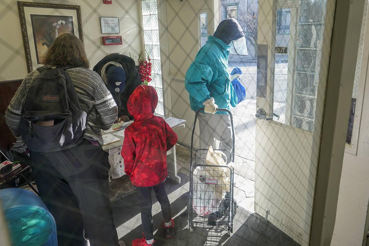En esta foto de archivo, un empleado del Central Family Life Center, registra a una familia mie ...